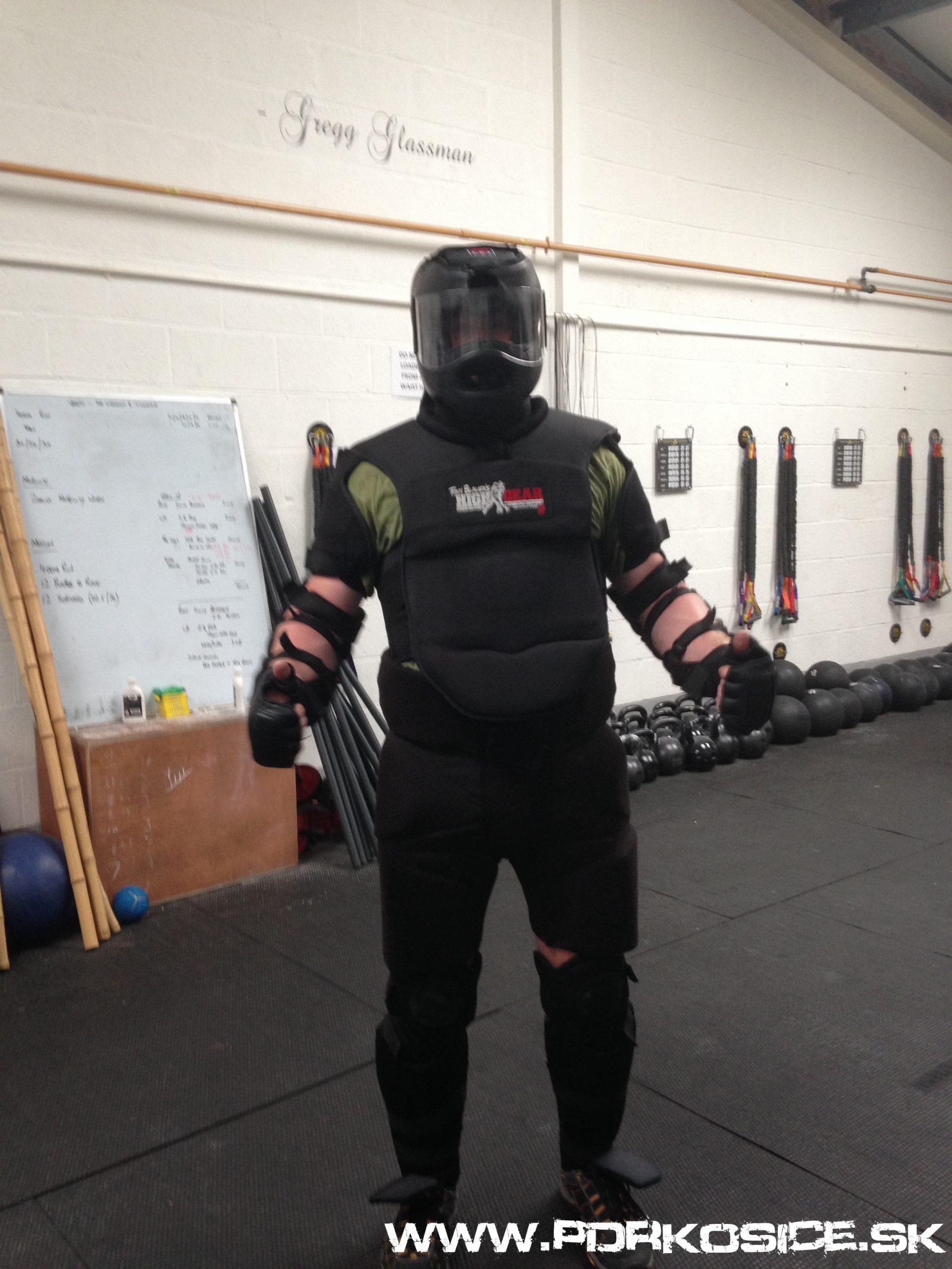 V ochrannom obleku High Gear na ďalšom certifikačnom seminári Personal Defense Readiness/S.P.E.A.R. v  Anglicku